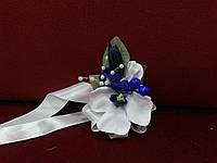 Бутоньерка на руку из орхидеи белая с синим (цветочный браслет)