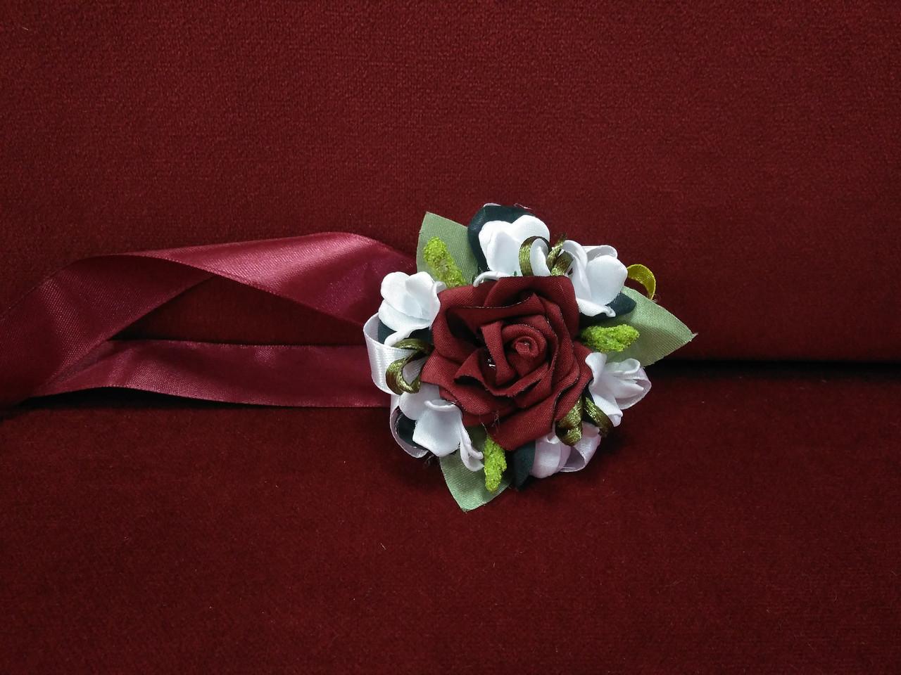 Бутоньерка на руку бордовая с белым (цветочный браслет)