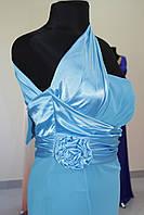 Вечернее платье голубое сбоку цветок атласный на одно плечо