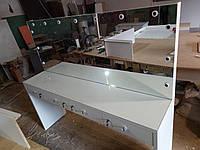 Стол на два рабочих места с выдвижными ящиками и зеркалом с подсветкой в студию красоты