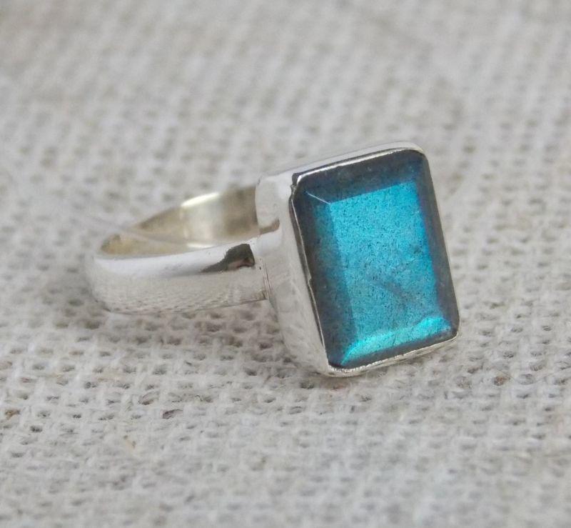 Серебряное кольцо с лабрадором 16 размера. Кольца