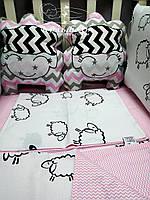 """Комплект в детскую кроватку """"Розовые барашки"""". Бортик на 4 стороны с плюшем и постельное"""