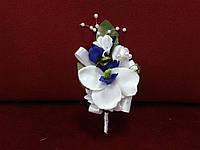 Свадебная бутоньерка из орхидеи бело-синяя