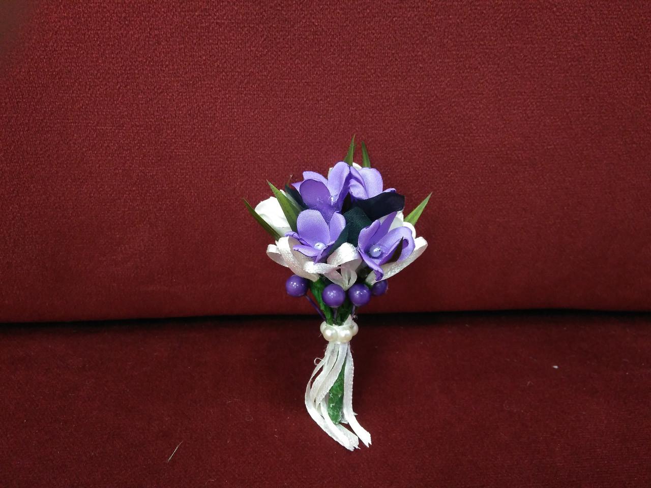Свадебная бутоньерка фиолетовая с айвори