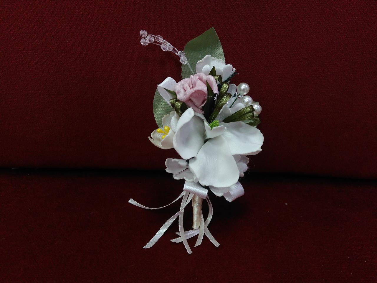 Свадебная бутоньерка из орхидеи айвори с пудровым