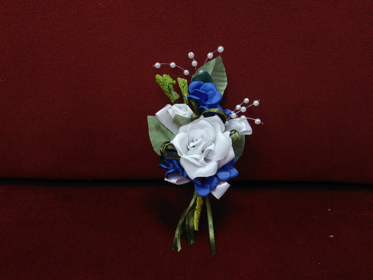 Свадебная бутоньерка синяя с белым