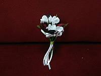 Свадебная бутоньерка белая с бордовым