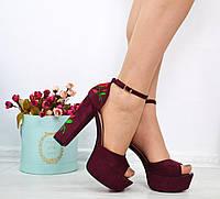 Женские замшевые босоножки бордовые на каблуках с вышивкой