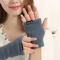 Женщины вязаные держат теплые полу пальцы сращенные перчатки темно-серый