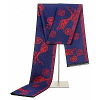 Мужчины держат теплый шарф с кистями Красный