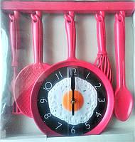 Настенные часы на кухню сковорода с яичницей.