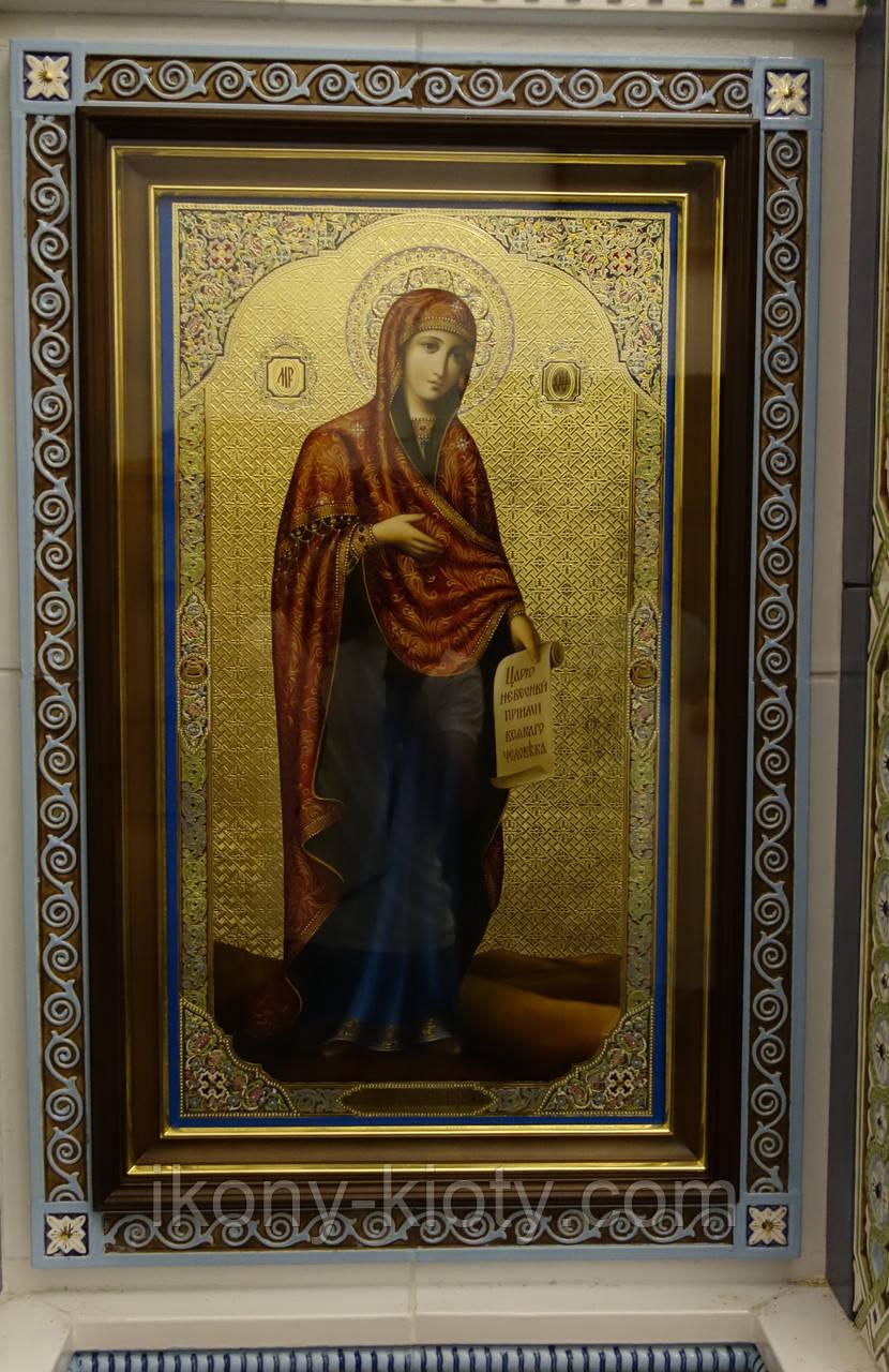 Ровный строгий киот для иконы Богородицы, с внутренней деревянной рамой и золочёными штапиками.