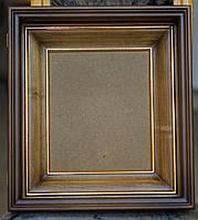 Строгий ровный киот для иконы с внутренней деревянной рамой и золочёными штапиками.