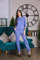 Женский костюм в клетку: блузка и прямые брюки