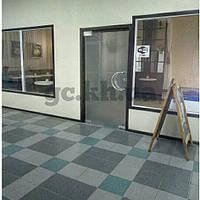 Маятниковая дверь из прозрачного стекла