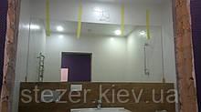 Дзеркало над умивальником на всю стіну