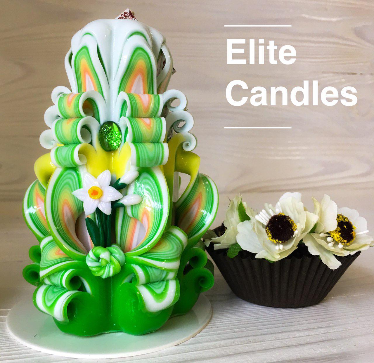 Свеча для подарка с декором из цветов