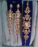 """Комплект удлиненные вечерние серьги"""" под золото"""" с  камнями и браслет, высота 12 см."""