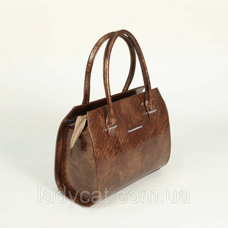 9b8b789e5ea9 Женская каркасная сумка из кожзаменителя декорирована крокодиловым узором  коричневого цвета
