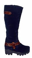 Женские синие замшевые зимние сапоги, декорированы лаковым ремешком