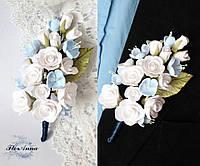 """Бутоньерка для жениха или свидетеля """"Белые розы с голубой яблоней"""", фото 1"""