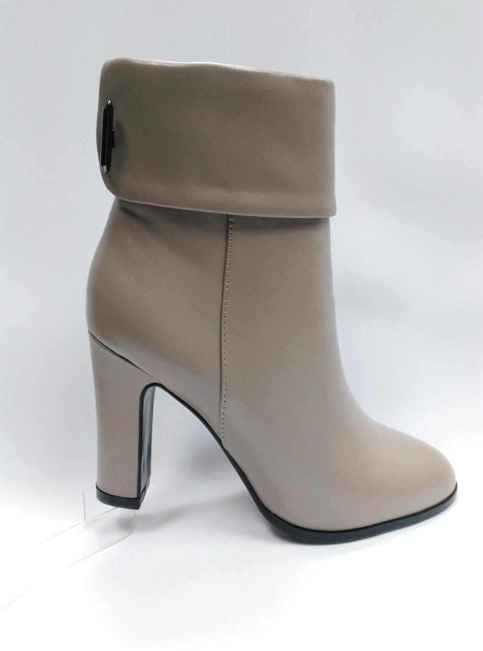 Бежевые кожаные ботиночки на каблуке. Ботильены. Маленькие размеры (33 - 35).