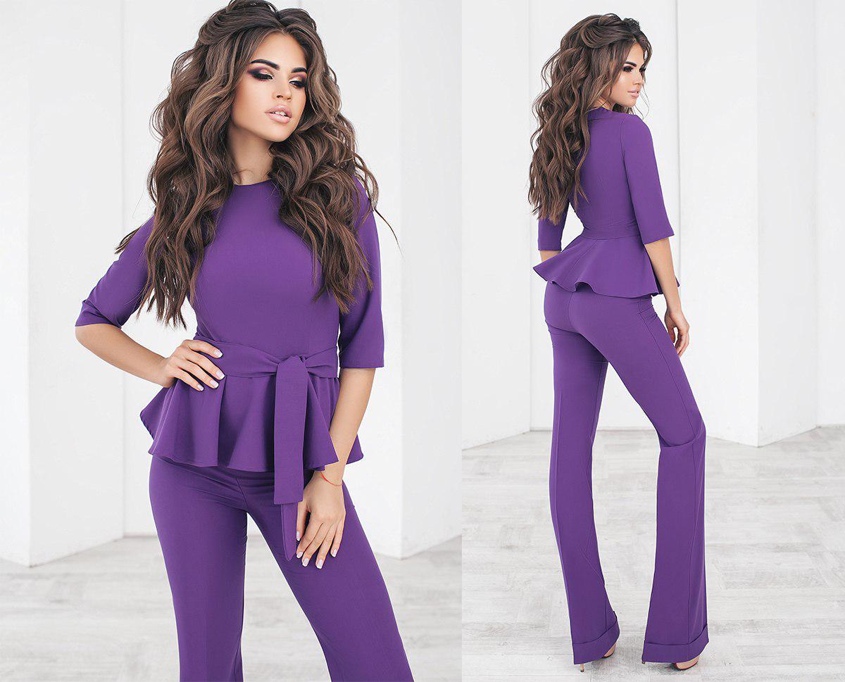 Стильний жіночий брючний костюм двійка блузка з баскою і з поясом +кольору