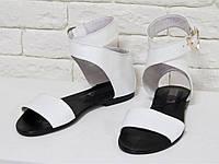 Сандалии из натуральной кожи белого цвета c черным подкладом, на низком ходу коллекция Весна-Лето, Б-600