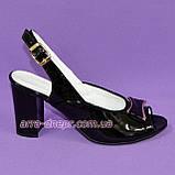 Кожаные лаковые женские босоножки на каблуке декорированные брошкой, фото 2