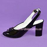Кожаные лаковые женские босоножки на каблуке декорированные брошкой, фото 3