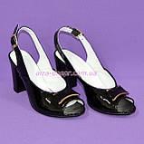 Кожаные лаковые женские босоножки на каблуке декорированные брошкой, фото 4