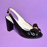 Кожаные лаковые женские босоножки на каблуке декорированные брошкой, фото 6