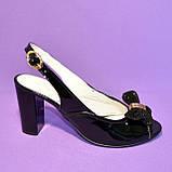 Кожаные лаковые женские босоножки на каблуке декорированные брошкой, фото 7