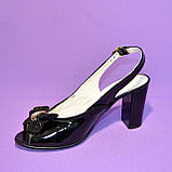 Кожаные лаковые женские босоножки на каблуке декорированные брошкой, фото 8