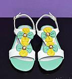 Кожаные разноцветные женские босоножки на низком ходу декорированы цветочками, фото 2