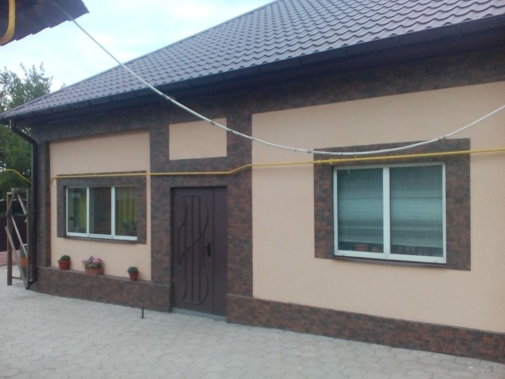 Утепление фасада с нанесением декора и облицовкой клинкерной плитки на пилястры.