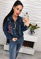 Стильная джинсовая куртка декорирована брелком и вышивкой , фото 1