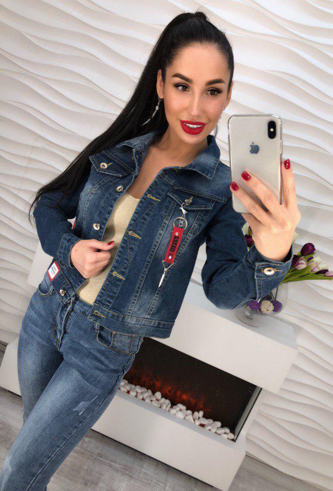 Модная джинсовая куртка украшенная брелком