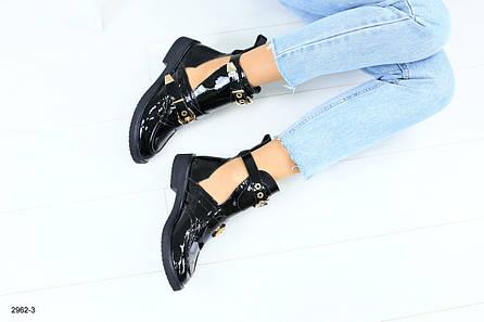 Женские ботинки, лаковые на ремнях