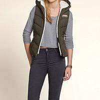 Женская молодежная оливковая  жилетка на искусственном меху с капюшоном американского бренда Hollister, фото 1