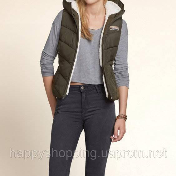 Женская молодежная оливковая  жилетка на искусственном меху с капюшоном американского бренда Hollister