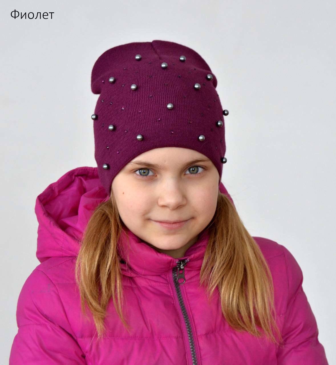 Вязанная весенняя шапка для девочки украшена бусинами