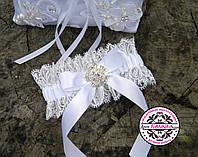 Подвязка с белым бантом.