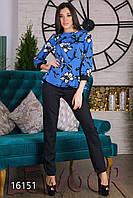 Яркая блуза с принтом и брюки