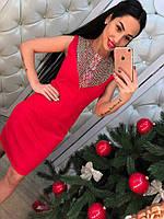 Красивое элегантное красное платье с жемчугом
