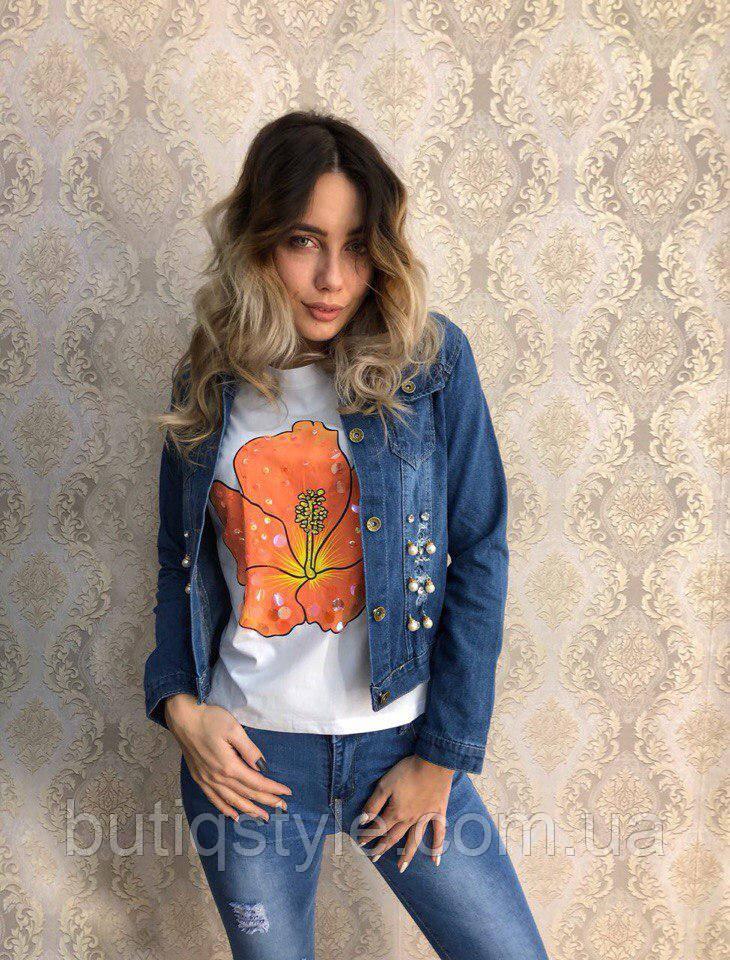Голубая женская джинсовая куртка с жемчугом