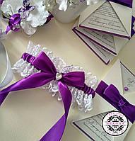 Подвязка с фиолетовым бантом.