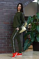 Стильный брючный костюм из трикотажа с двухцветными лампасами, фото 1