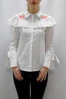 Белая женская рубашка с воланами и вышивкой