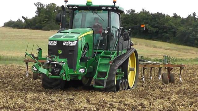 Фото аграрного трактора на гусеничном ходу